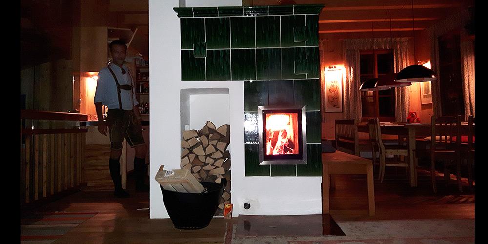 Kachelofen grün geflammt bei Nacht